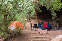 野营在砂岩岩石中的沙漠 库存图片