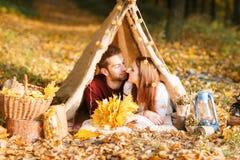 野营在秋天自然的男人和妇女远足者 野营在帐篷的愉快的年轻夫妇背包徒步旅行者 免版税图库摄影
