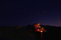 野营在约书亚树国家公园的夜 免版税图库摄影