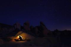 野营在约书亚树国家公园的夜 免版税库存照片
