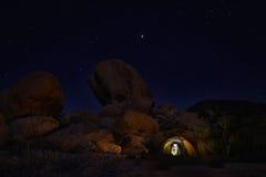 野营在约书亚树国家公园的夜 库存照片