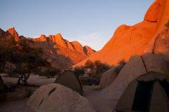 野营在纳米比亚沙漠在Spitzkoppe附近,纳米比亚 免版税库存照片