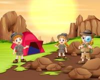 野营在自然的探险家孩子 皇族释放例证