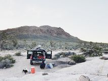 野营在莫哈韦沙漠 免版税库存照片