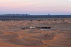 野营在西撒哈拉,摩洛哥的沙丘和帐篷 免版税库存图片
