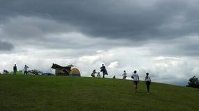 野营在雨云下 库存图片