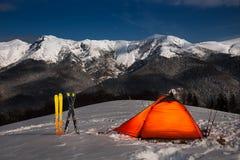 野营在雪在一天backcoutry滑雪以后在有风景的Oslea由满月点燃了 免版税库存照片