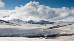 野营在雪的两个帐篷在冰岛 免版税图库摄影