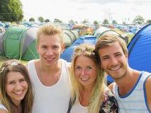 野营在音乐节的小组青年人 库存照片