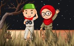 野营在领域的男孩和女孩 免版税库存图片