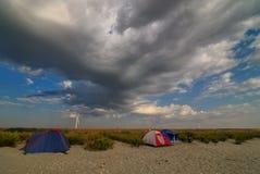 野营在风暴前的海滩 免版税库存图片