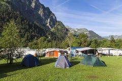 野营在高山山 夏天瑞士 免版税库存图片