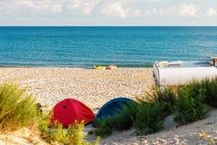 野营在以两条孤立小船为特色的黑海海岸的一个沙滩 免版税库存图片
