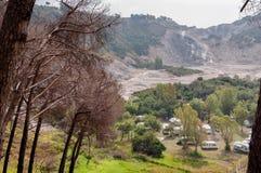 野营在活跃vulcano硫质喷气孔里面 库存照片