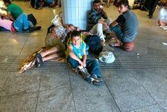 野营在Keleti火车站的难民在布达佩斯 库存照片