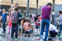 野营在Keleti火车站的非法移民在Budapes 免版税库存照片