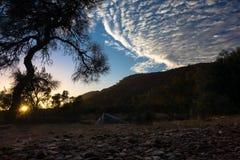 野营在Larapinta足迹,杰伊小河露营地,西部麦克唐奈澳大利亚 免版税库存照片