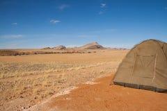 野营在Namib-Naukluft国家公园沙漠,纳米比亚 免版税库存照片