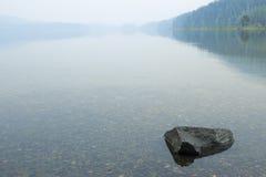 野营地的湖在朦胧的天 库存照片