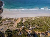 野营地空中射击在Cape Le Grand海滩,澳大利亚西部的 免版税库存照片