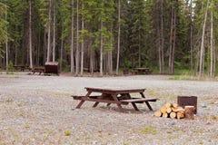 野营地露营地野营的桌firepits 库存图片