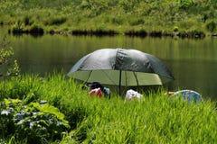 野营或钓鱼在小湖 免版税库存照片