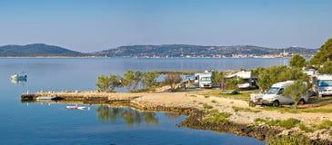 野营由海在克罗地亚 图库摄影