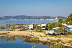 野营由海在克罗地亚 免版税库存照片