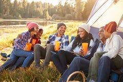 野营由湖的大家庭小组 免版税图库摄影