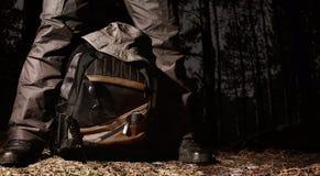 野营的作战齿轮在夜森林 免版税图库摄影