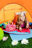 野营的儿童女孩少许位于的帐篷 免版税库存图片