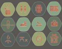 野营的六角形象 在绿色的红旗 免版税图库摄影
