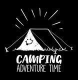 野营的冒险计时与帐篷和微笑的例证对此 图库摄影