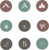 野营的圆的平的象,在凉快的灰色,绿色,褐红的背景的空白线路,手拉 免版税图库摄影