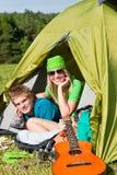 野营的夫妇里面位于的夏天帐篷 库存照片
