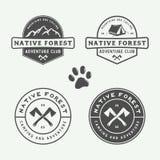 野营的套葡萄酒室外和冒险商标,徽章 库存照片
