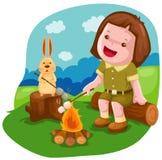 野营的女孩蛋白软糖烧烤 免版税图库摄影