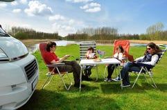 野营的家庭度假 免版税库存图片
