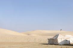 野营的小屋和沙丘 库存照片