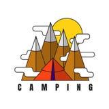 野营的山 在平的样式的传染媒介商标 帐篷和落矶山脉背景 库存图片
