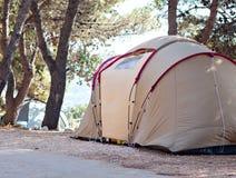 野营的帐篷在海海滩夏天 免版税库存照片