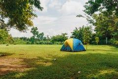 野营的帐篷游人 免版税库存图片