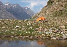 野营的帐篷近到山湖 免版税库存照片
