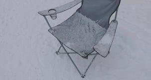 野营的折叠椅在冬天 股票视频