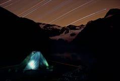 野营的星形下 免版税库存图片
