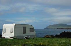 野营的有蓬卡车海边假期 库存图片