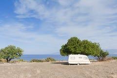野营的有蓬卡车海运 免版税图库摄影