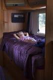 野营的有蓬卡车的孩子 库存图片