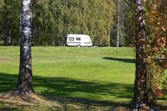 野营的森林有篷货车 免版税库存照片