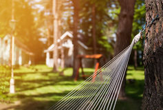 野营的特写镜头的吊床对大厦和森林背景在一个晴天 水平的框架 免版税图库摄影